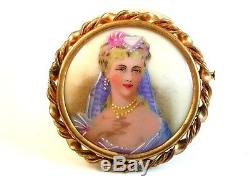 Jeune Dame En Porcelaine Peinte À La Main Avec Collier Et Boucles D'oreilles En Perle