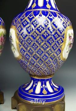 Paire De Sevres France Fleurs Peintes À La Main En Bronze Surélevé Or 17 Vases Urnes Couvertes