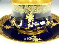 Roses Peintes À La Main En Or Rose Surélevées De Limoges Sur Une Tasse À Thé Et Une Soucoupe Bleu Cobalt