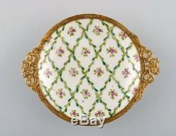 Sevres / Style De Limoges. Bureau En Porcelaine Peinte À La Garniture À La Main Et Laiton
